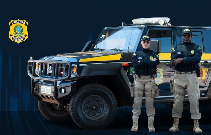 Ciclo de estudos para a PRF - Imagem: Polícia Rodoviária Federal. A imagem mostra dois policiais e uma viatura.
