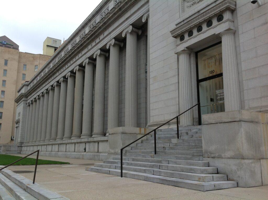Receitas correntes podem vir da prestação de serviços públicos. As de capital podem advir da alienação de bens públicos, como esse prédio